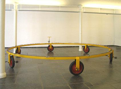 Pierre Courtois . Installation, carrousel (5 m) et cyclistes en duralumin . De Markten, Bruxelles BE . 2002