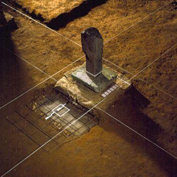 """Pierre Courtois · Installation """"Archéologie du lieu"""" · Traces et Tracés, atelier à Sorinne-la-longue, technique mixte · 1989"""