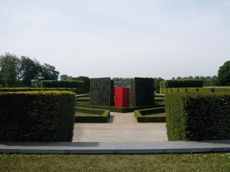 """Pierre Courtois - """"Points de clôture"""" - Installation (phase 1) - exposition """"cabanes"""" - Château de Seneffe (B) - 2011 Vue depuis la première terrasse"""