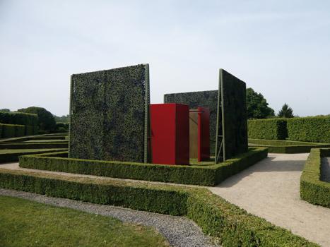 """Pierre Courtois - """"Points de clôture"""" - Installation (phase 1) - exposition """"cabanes"""" - Château de Seneffe (B) - 2011 Vue de côté"""