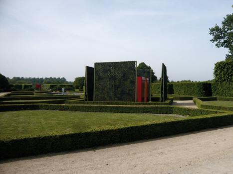 """Pierre Courtois - """"Points de clôture"""" - Installation (phase 1) - exposition """"cabanes"""" - Château de Seneffe (B) - 2011 Vue de côté avec visibilité de la phase 4 dans le fond."""