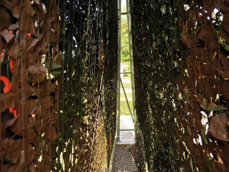 """Pierre Courtois - """"Points de clôture"""" - Installation (phase 1) - exposition """"cabanes"""" - Château de Seneffe (B) - 2011 Vue sous une des structures en toiles de camouflage."""
