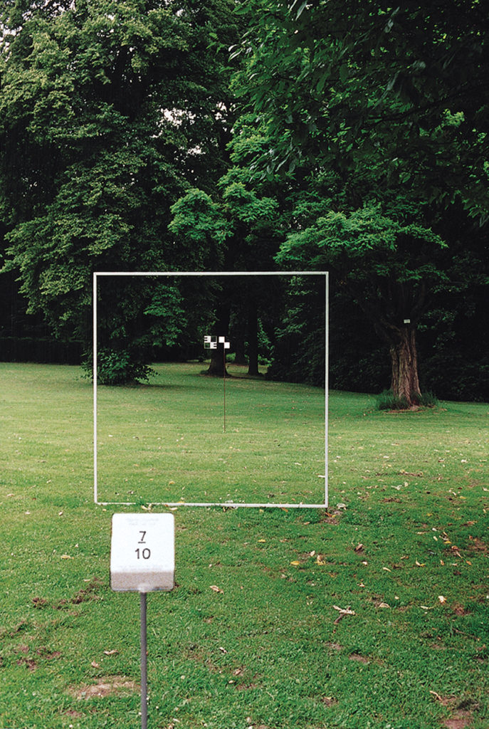 Pierre Courtois . Point de vue - Parcours de 10 points de vue cadrés par châssis avec mire de 10 x 10 cm . Parc du Musée Royal de Mariemont . 1999I
